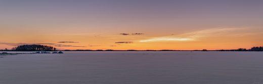 panorama järvi talvella.